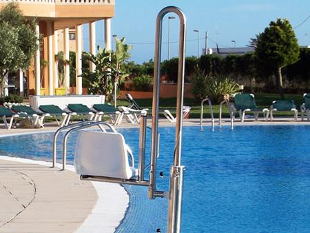 Silla elevadora de piscinas para discapacitados for Sillas de piscina